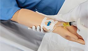 Braço do simulador com infusão intravenosa
