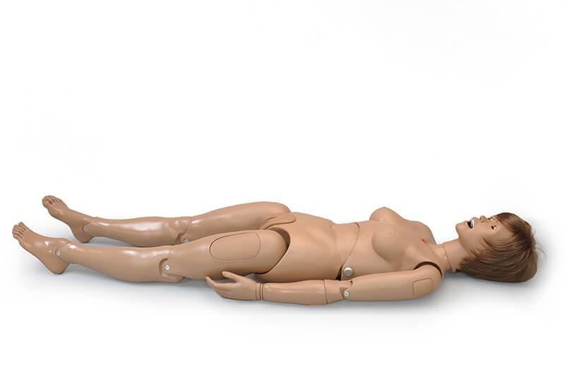 Simulador deitado sem vestimentas em fundo branco