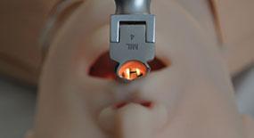 Profissional realizando intubação gástrica no simulador
