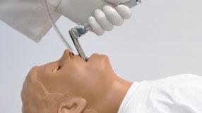 Profissional realizando intubação gástrica no simulador S151
