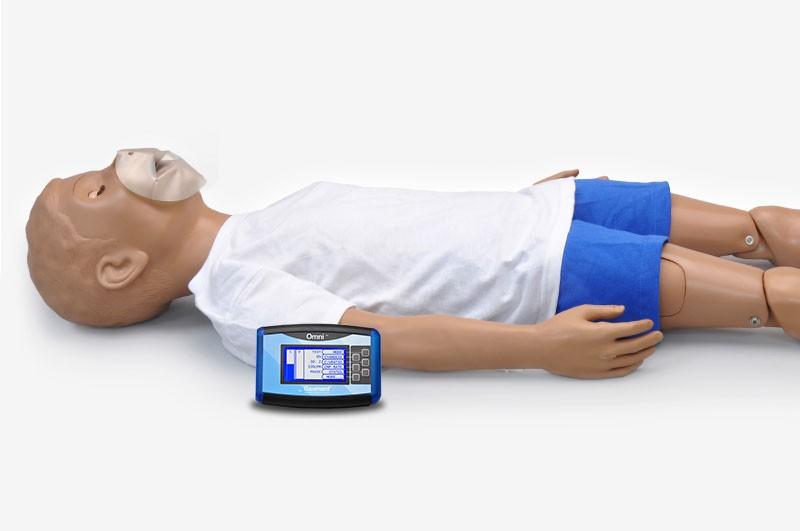 Simulador deitado em fundo branco com dispositivo OMNI